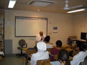 Mario Brandán impartiendo una clase